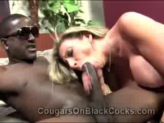 Lustful blondie äldre prostituterad sara jay gets körd av stor ebenholts människa
