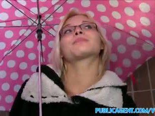 Publicagent sexy ochelari gagica fucks pe public stairwell