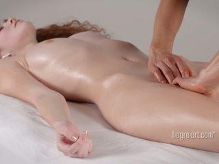 Poesje receives een massage door een man met een vibrator
