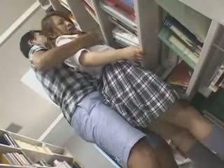 E turpshme nxënëse ledhatim dhe used në një bibliotekë
