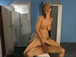 Locker kamer rondborstig milf hoer gets boned hardcore