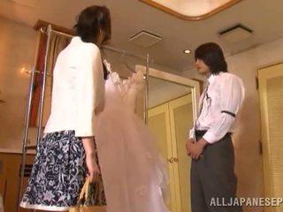 Yui tatsumi de erotisch bruid gives een thang piemel zuigen naar haar fiance