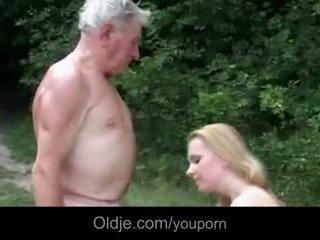 巨大な breasted 若い ふしだらな女 gives おじいちゃん epochal ファック