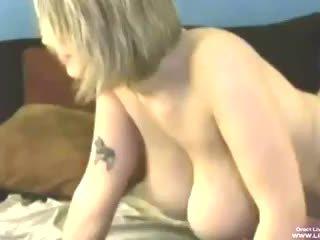 Krūtainas blondīne siri masturbates un fucks ar a guy