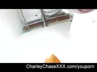 Charley chase di belakang itu adegan