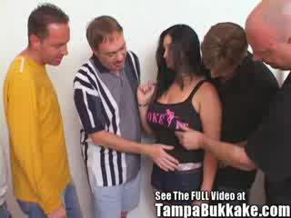 Groot mees babe ravaged door bukkake boys!