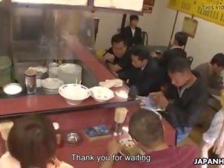 Japans serveerster mimi asuka gets finger geneukt in de