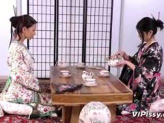 Künti geisha sluts spray each other with warm piss and use