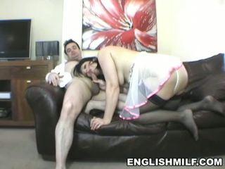 Elegant english brunette milf geneukt op de zitbank