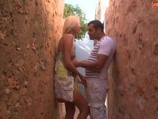 Ξανθός/ιά έφηβος/η fucks τουρίστας σε alley