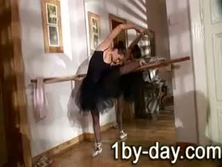 Luscious 발레 댄서 masturbates