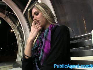 Publicagent nxehtë i gjatë vogëlushe spreads të saj këmbë për para në dorë në publike