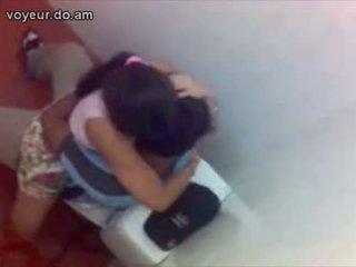 Sri lanka students qirje në shkollë tualet