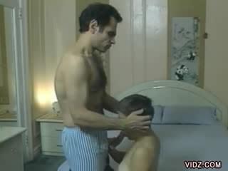 Sexy, lean chick blows daddy's piemel