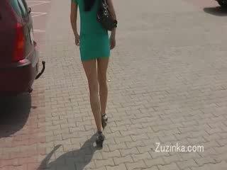 Seksuālā meitene masturbates par a autobuss