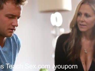 Tiener koppel gets seks lessons van heet mam