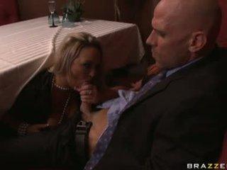 Carnal mazulīte abbey brooks gets viņai mute filled ar a vīrietis meat sausage