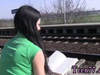 Gadis budak lelaki remaja seks dalam awam photo melancap di yang keretapi