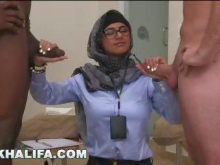 Arab mia khalifa compares i madh e zezë kokosh në e bardhë penis