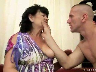 豐滿的 毛茸茸 奶奶 gets 性交