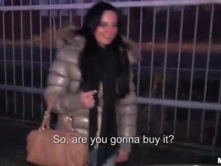 Tereza accepts cash voor publiek seks