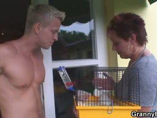 Vecchio pollastrella allows lui sedurre suo