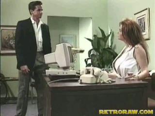 Asistenta banged onto ei birou