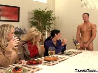 Trei housewives invita gigolo
