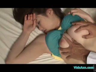 Krūtinga mergaitė miegas speneliai sucked putė licked ir pakliuvom apie the mattress į the kambarys