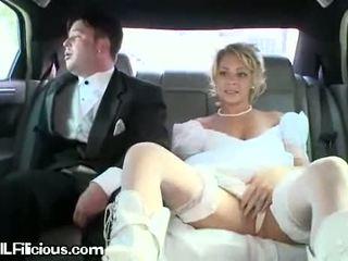 Vrouw cleans haarzelf in limo