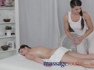 Massage rooms ervaren rondborstig lesbisch gives jong tiener orgasme van haar leven
