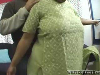 India mom aku wis dhemen jancok loves this her bf is having fun around her great dhadhane