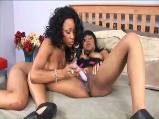 2 hawt donker lesbiennes op een bed toying goed