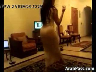 수줍은 arab 여성 댄스 주위에 a 방