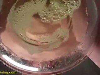 Dahlia puts sie gesicht im ein bowl von piss und drinks