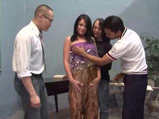 Tre heldig guys licking ett pen indisk kone