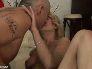 Oud jong man having seks en kussen juvenile mooi