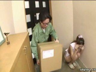 Saldus japoniškas paauglys priverstinis į čiulpimas