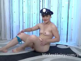 Sanita wears viņai policija uniforma un masturbates