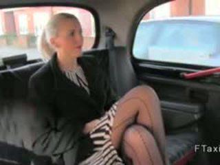 Garš legged angļi blondīne uz fake taxi