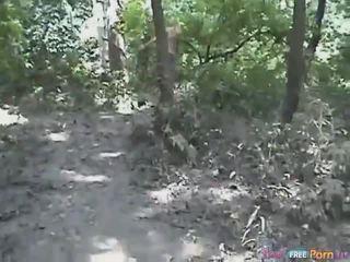 Tania has a suņveidīgi quickie uz the mežs