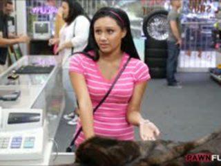 Babe posed naken på kamera i den bakrom av en pawnshop