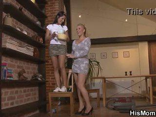 Blondine rijpere lesbisch seduces schattig meisje