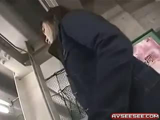 호리 호리한 일본의 매춘부 에 짧은 스커트 주기 bj