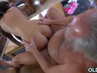 Sexy jeune fille baisée par gros vieux homme foutre avale nana