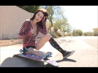 Aiden onto the strada skateboarding și dezbracare bare