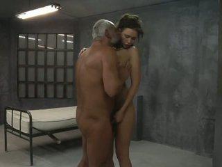 Jauns meitene ir fucked līdz two vecs pervs uz the šūna