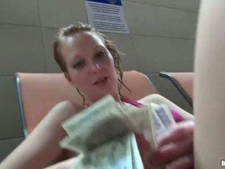 Euro meisje electra bips geneukt in bubbelbad