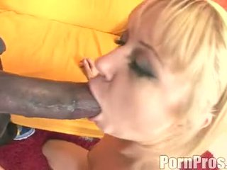 I artë haired wench aaralyn barra receives të saj gojë ripped nga një bishë kokosh
