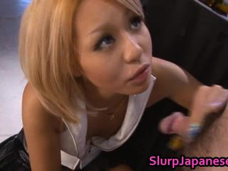 Rica golden haired asiatisch beauty gives fantastisch blowjob